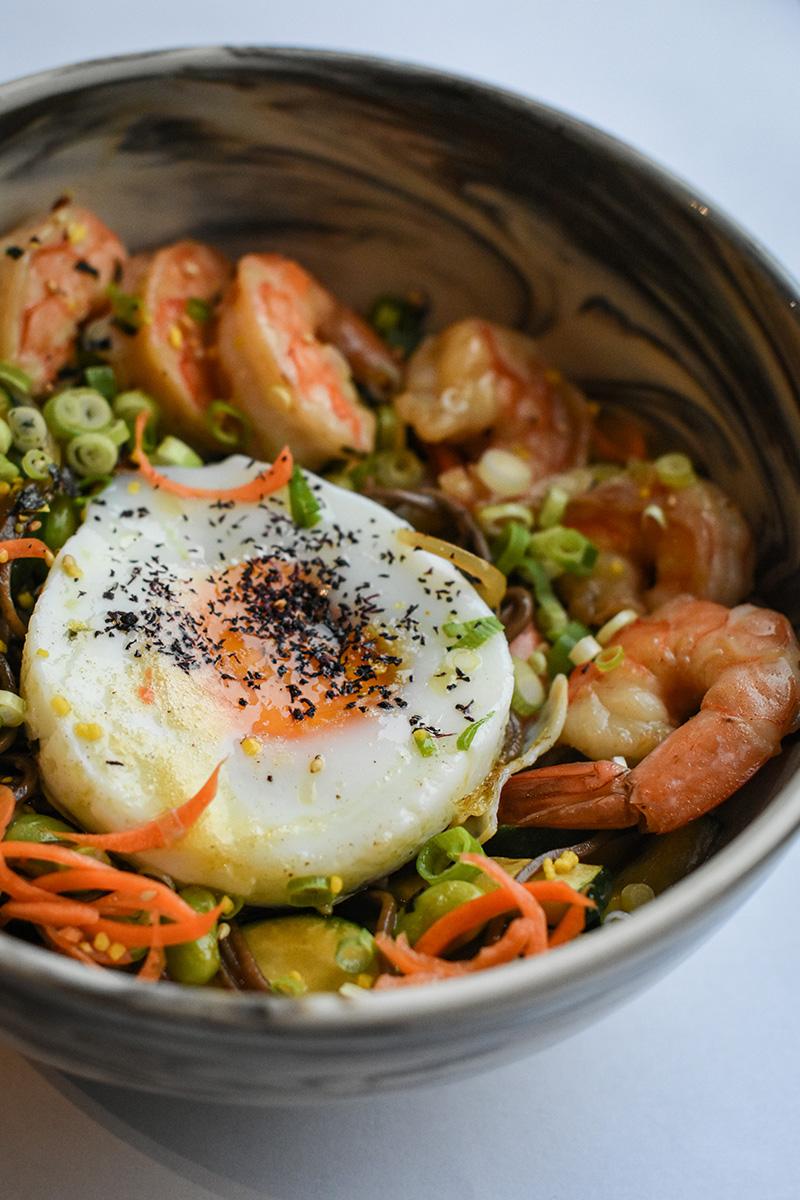 makaron gryczany soba smażony zkrewetkami, warzywami orazjajkiem