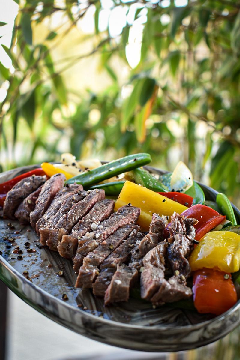steki wołowe zgrillowanymi warzywami